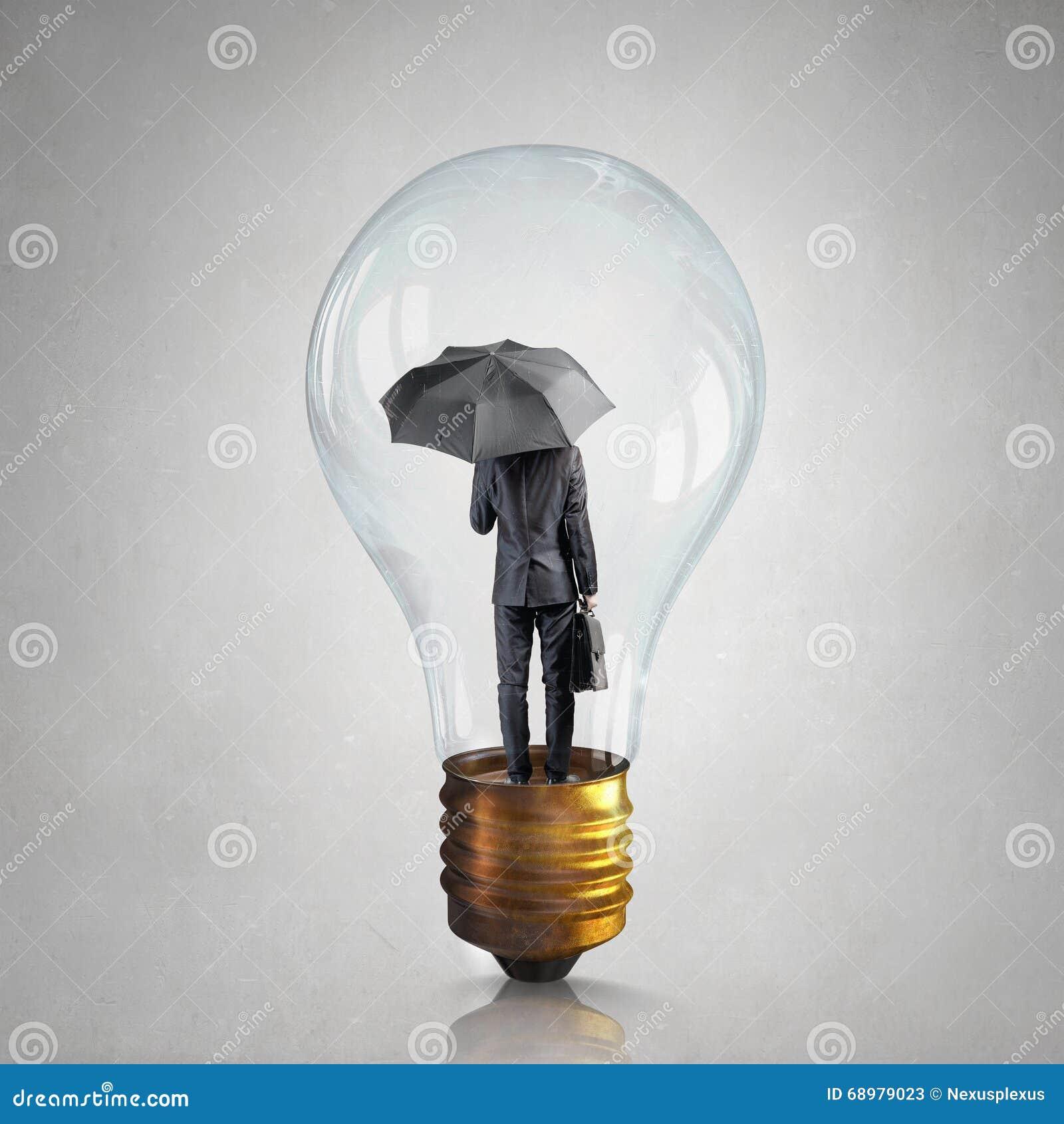 Hombre de negocios en bulbo eléctrico