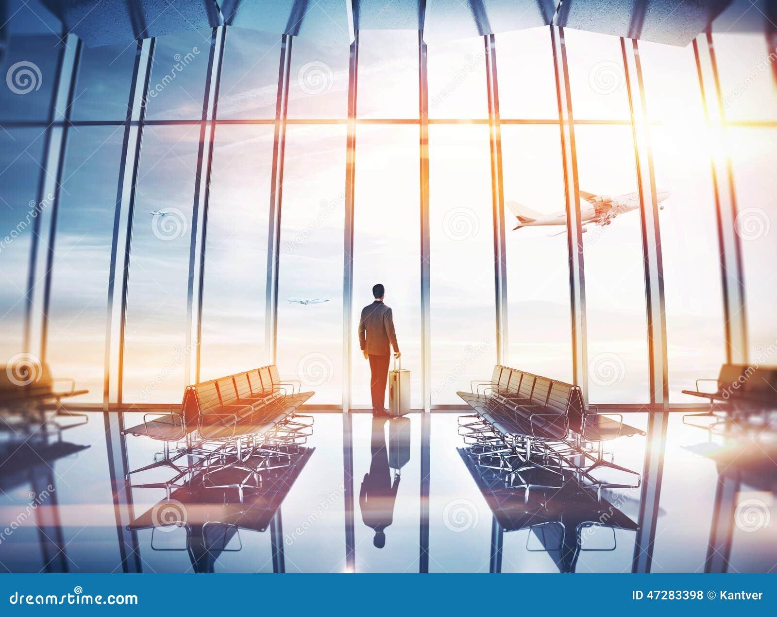 Hombre de negocios en el aeropuerto con la maleta