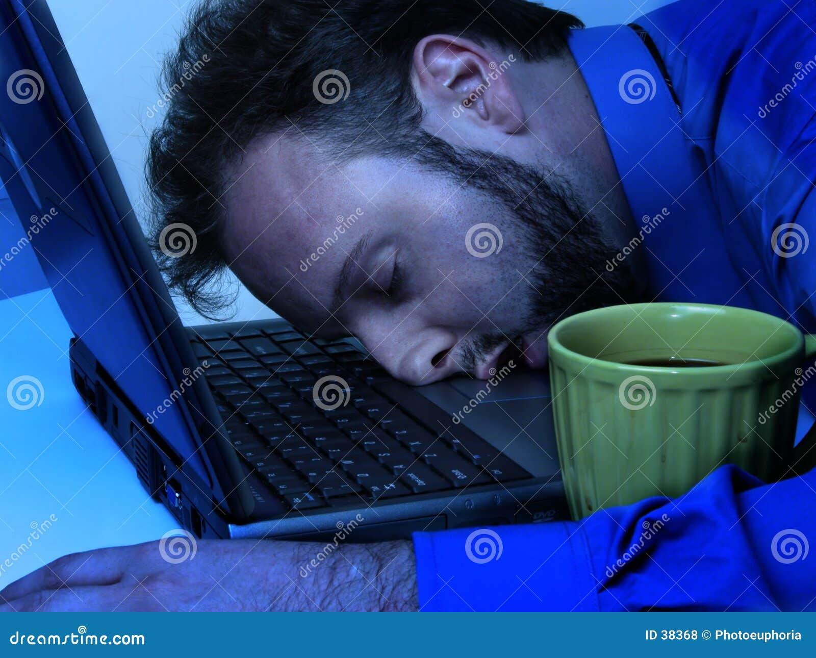 Hombre de negocios en el azul (que trabaja tarde)