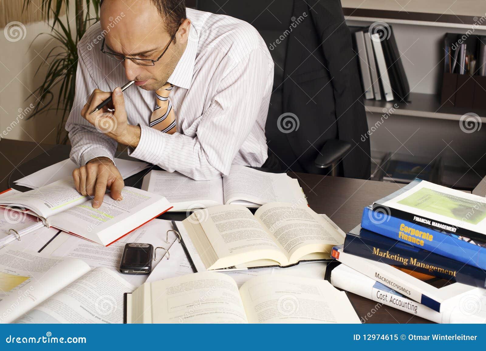 Hombre de negocios en el funcionamiento del escritorio