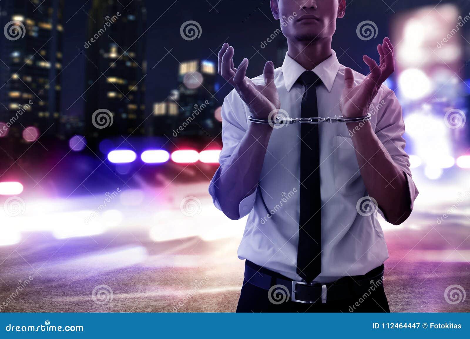 Hombre de negocios en esposas en la noche