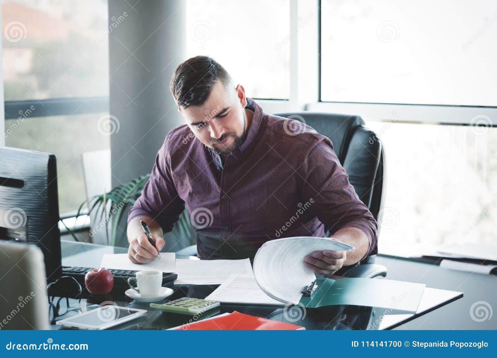 Hombre De Negocios En La Oficina Su Escritura Del