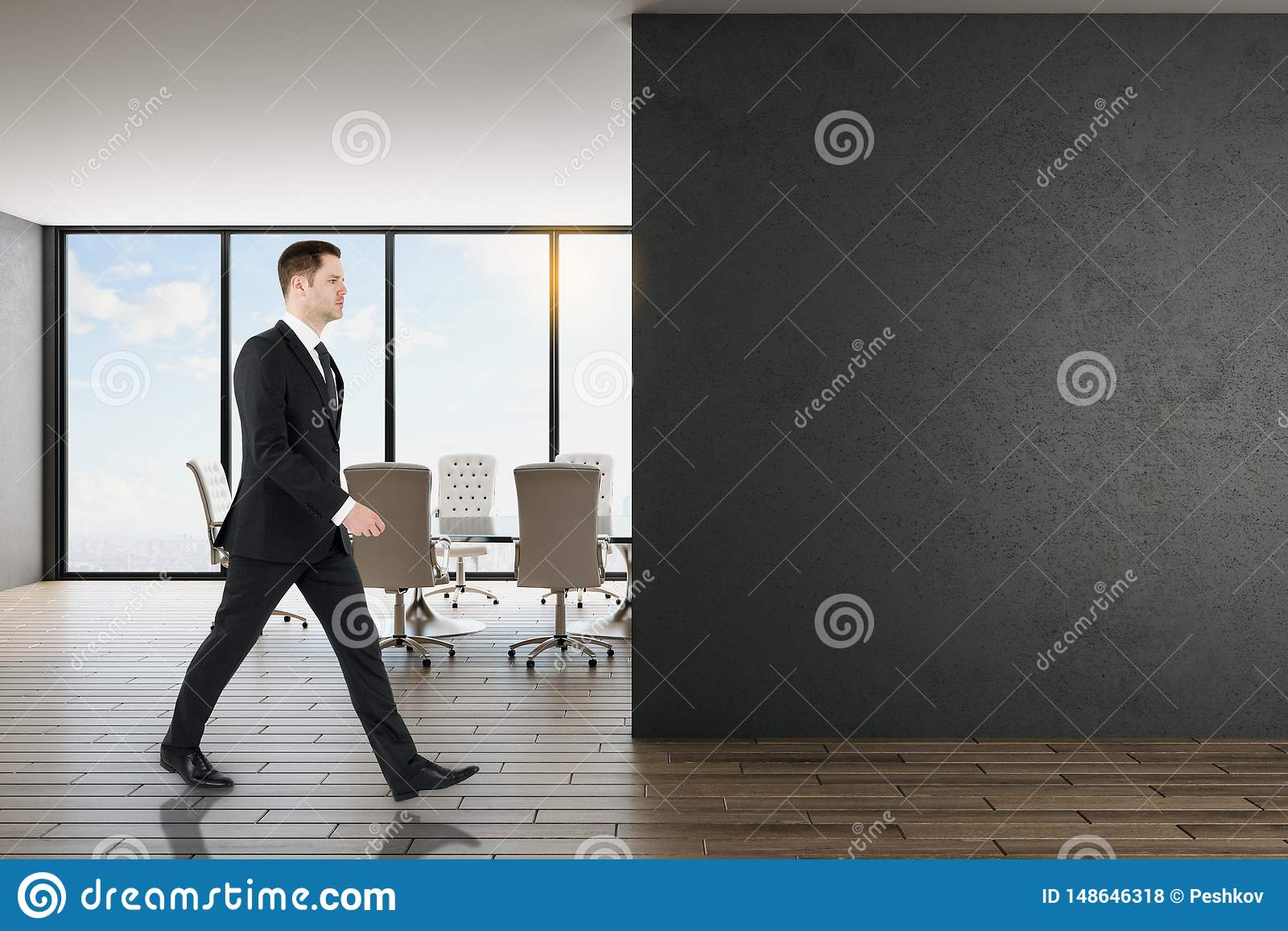 Hombre de negocios en oficina con la pared negra