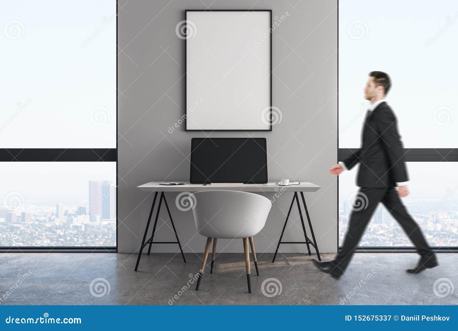 Hombre de negocios en oficina