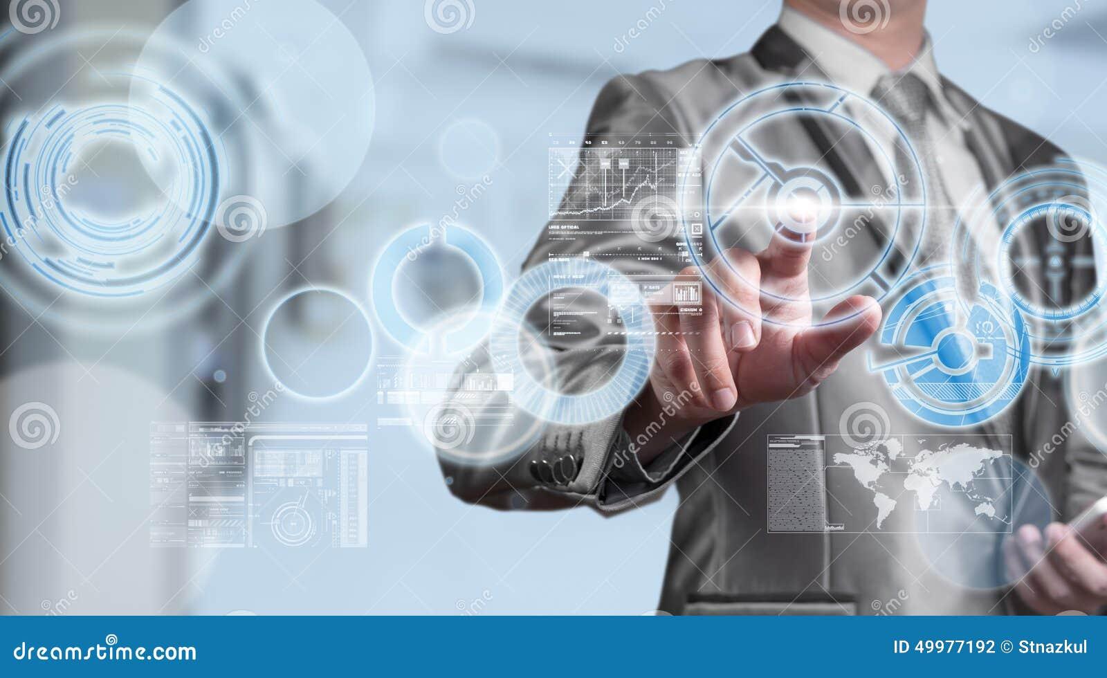 Hombre de negocios en traje del gris azul usando la pluma digital que trabaja con los di