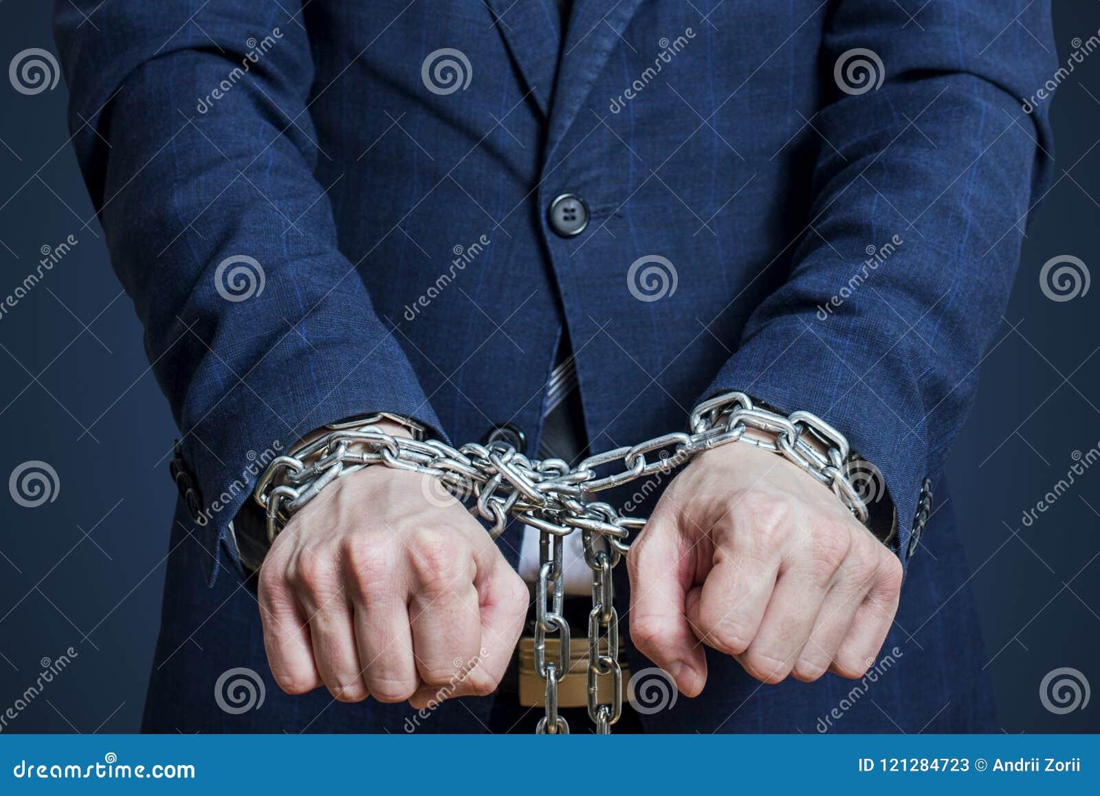 Hombre de negocios encadenado en una cadena Hombre arrestado para los crímenes