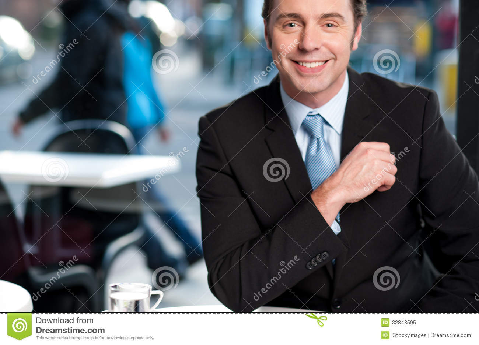 Hombre de negocios experimentado alegre hermoso
