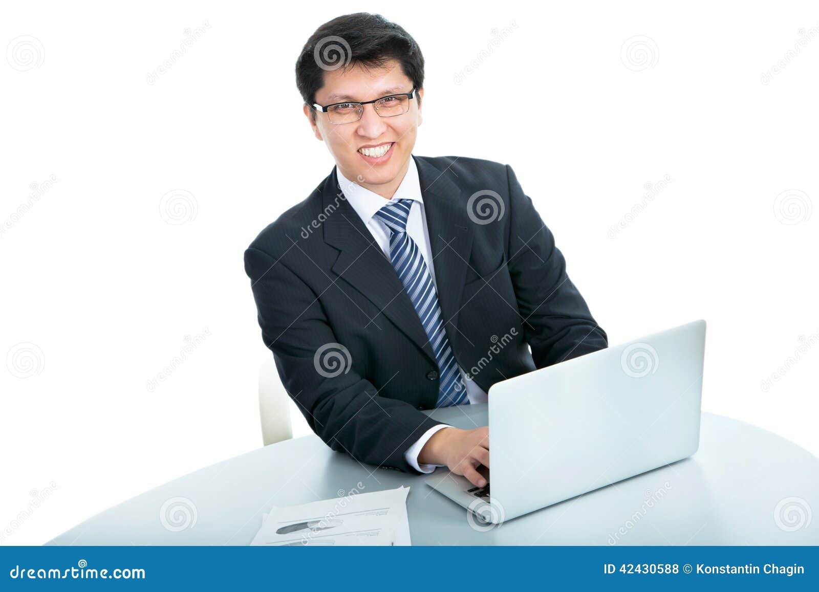 Hombre de negocios feliz con el ordenador portátil