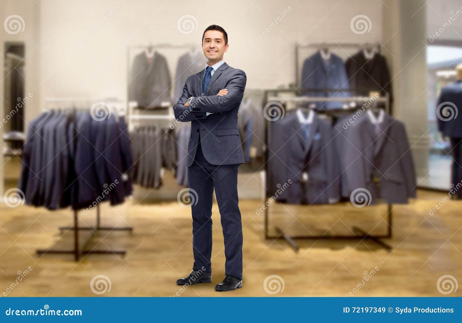 485fbdbe3 Hombre De Negocios Feliz En Traje Sobre Tienda De Ropa Imagen de ...