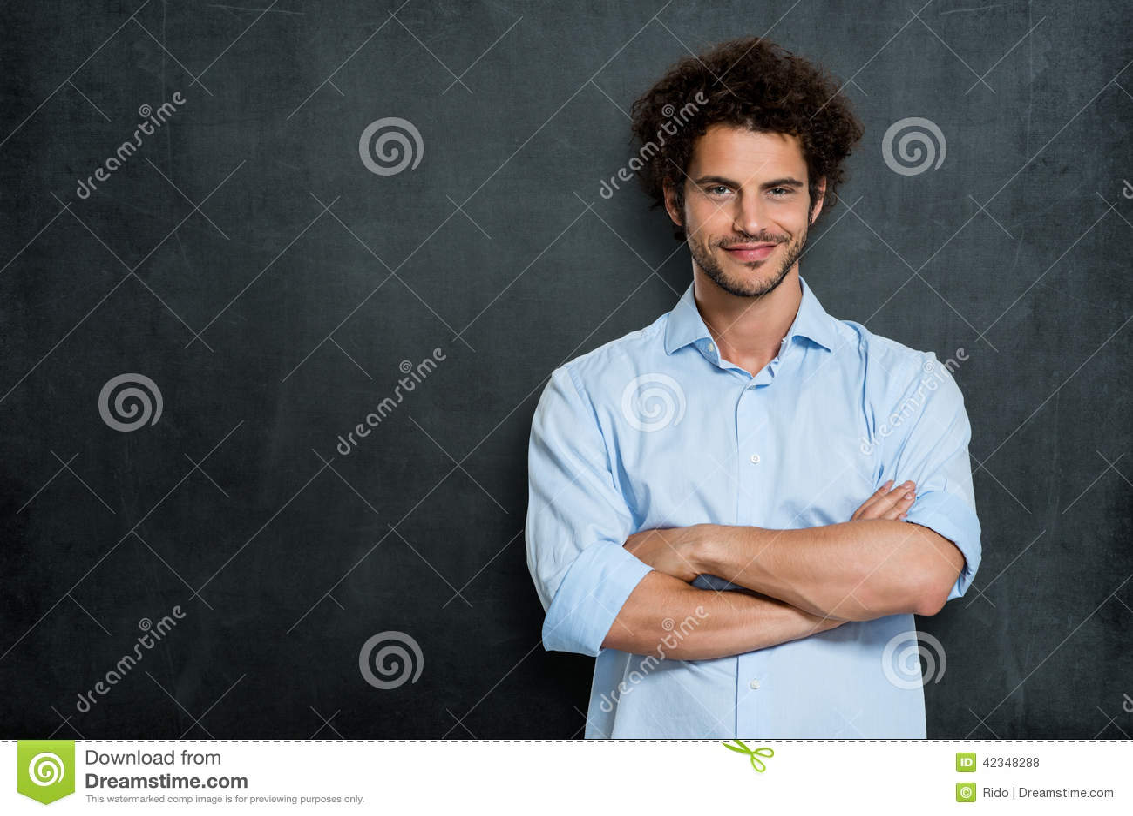 Hombre de negocios feliz orgulloso