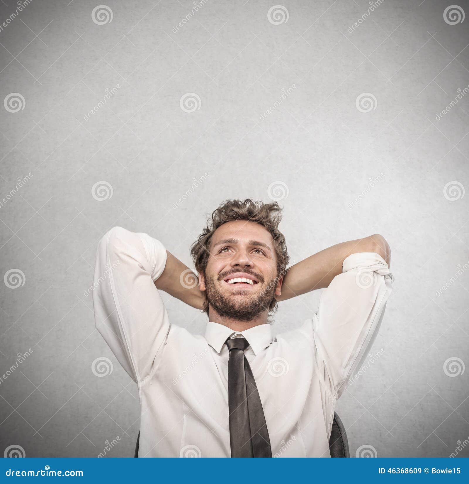 Hombre de negocios feliz que se relaja