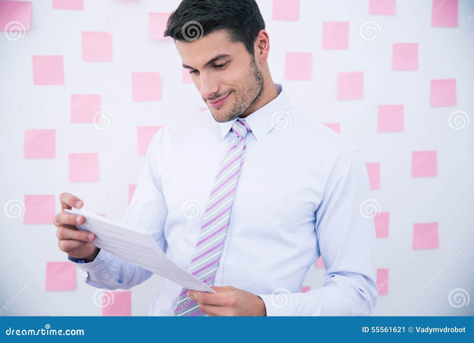 Hombre de negocios feliz Reading Document