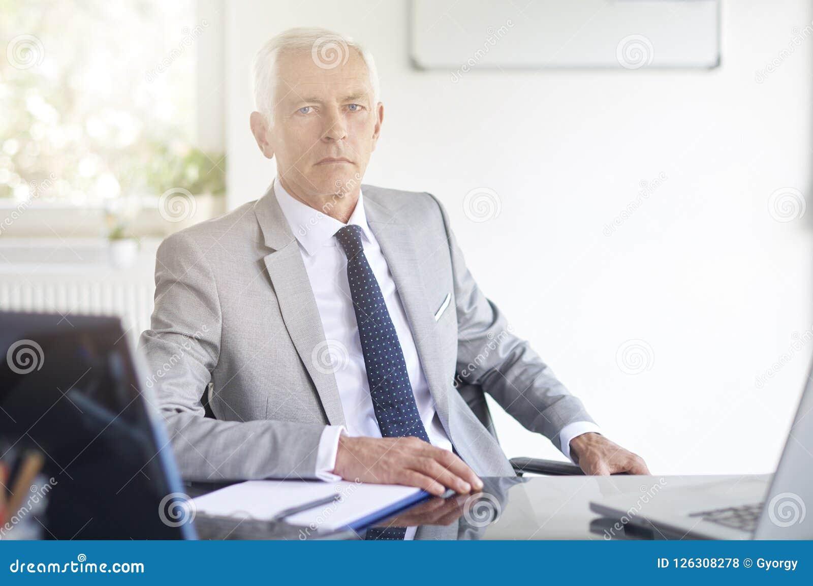 Hombre de negocios financiero del consejero que trabaja en la oficina