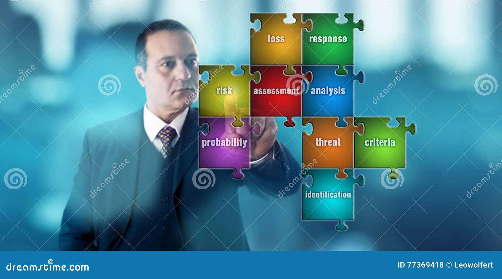 Hombre de negocios Focussing On un rompecabezas de la evaluación de riesgos