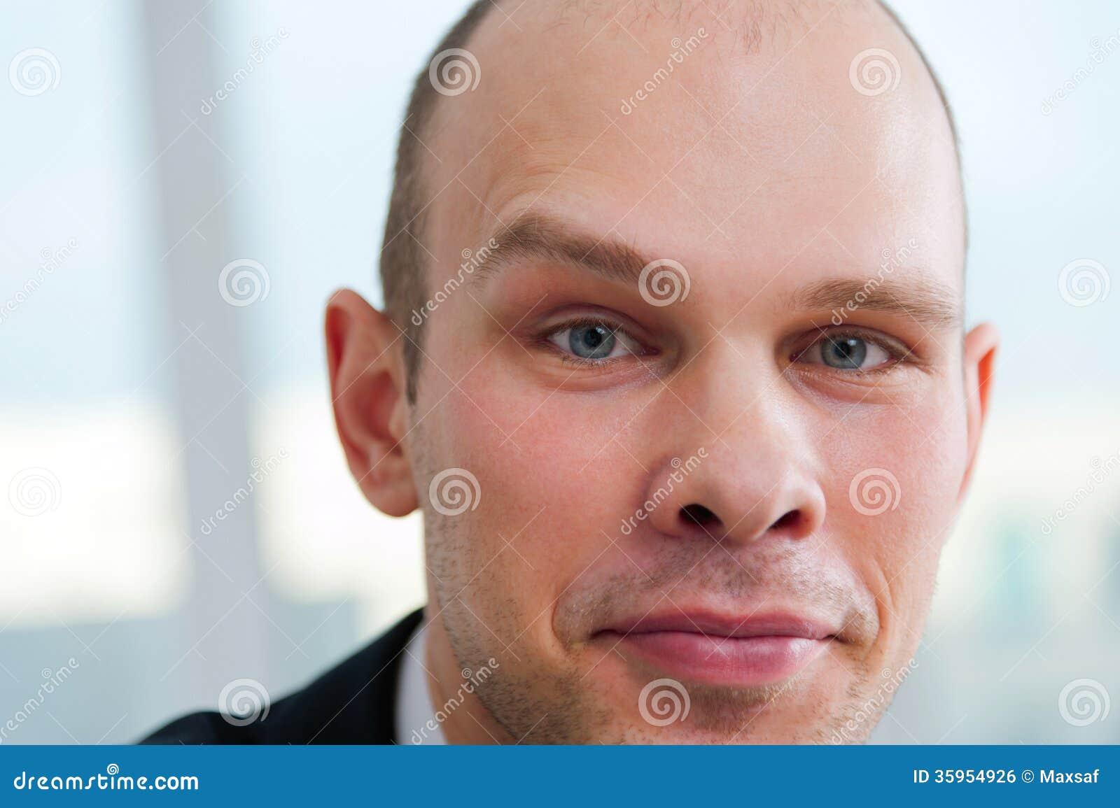 Hombre de negocios hermoso con la ceja aumentada
