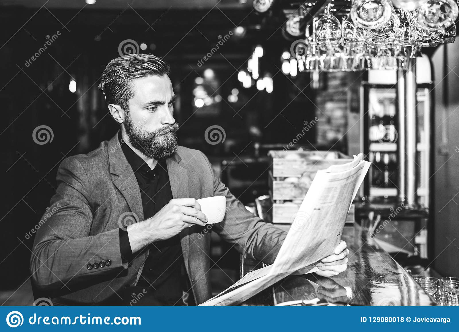 Hombre de negocios hermoso joven que lee un periódico