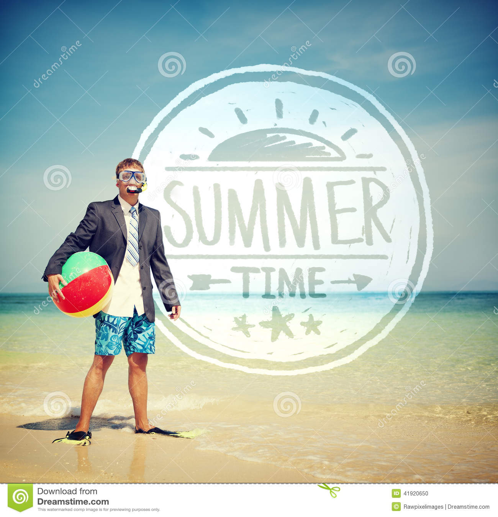 Hombre de negocios Holding Beach Ball que se coloca en la playa