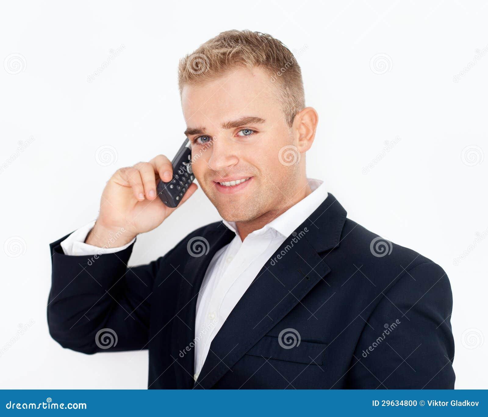 Hombre de negocios joven acertado feliz que habla en el teléfono celular