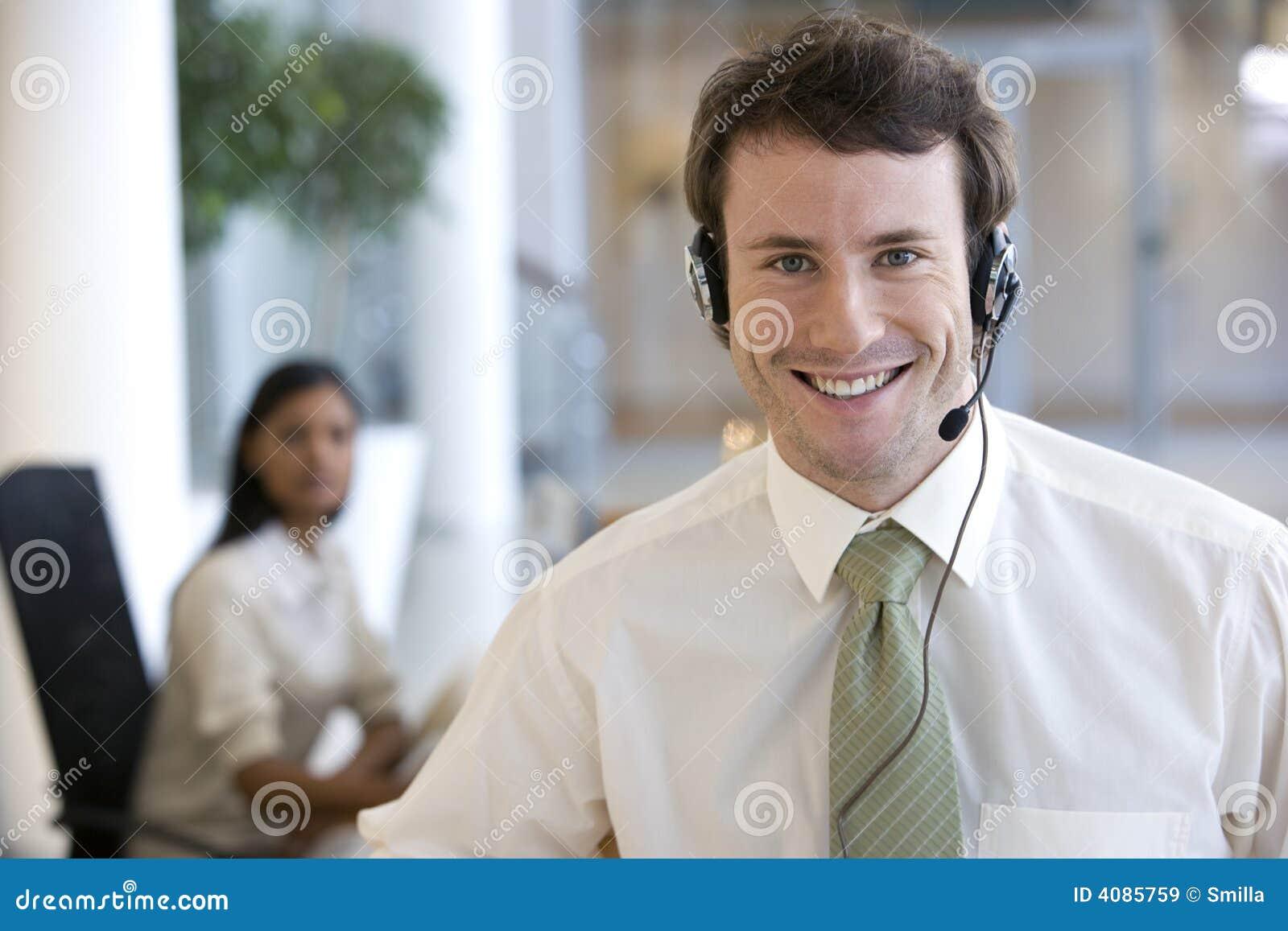 Hombre de negocios joven con el receptor de cabeza