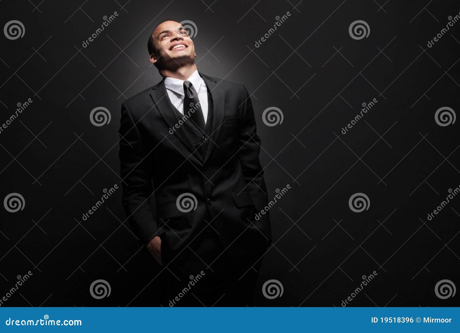 Hombre de negocios joven del African-American en juego negro.
