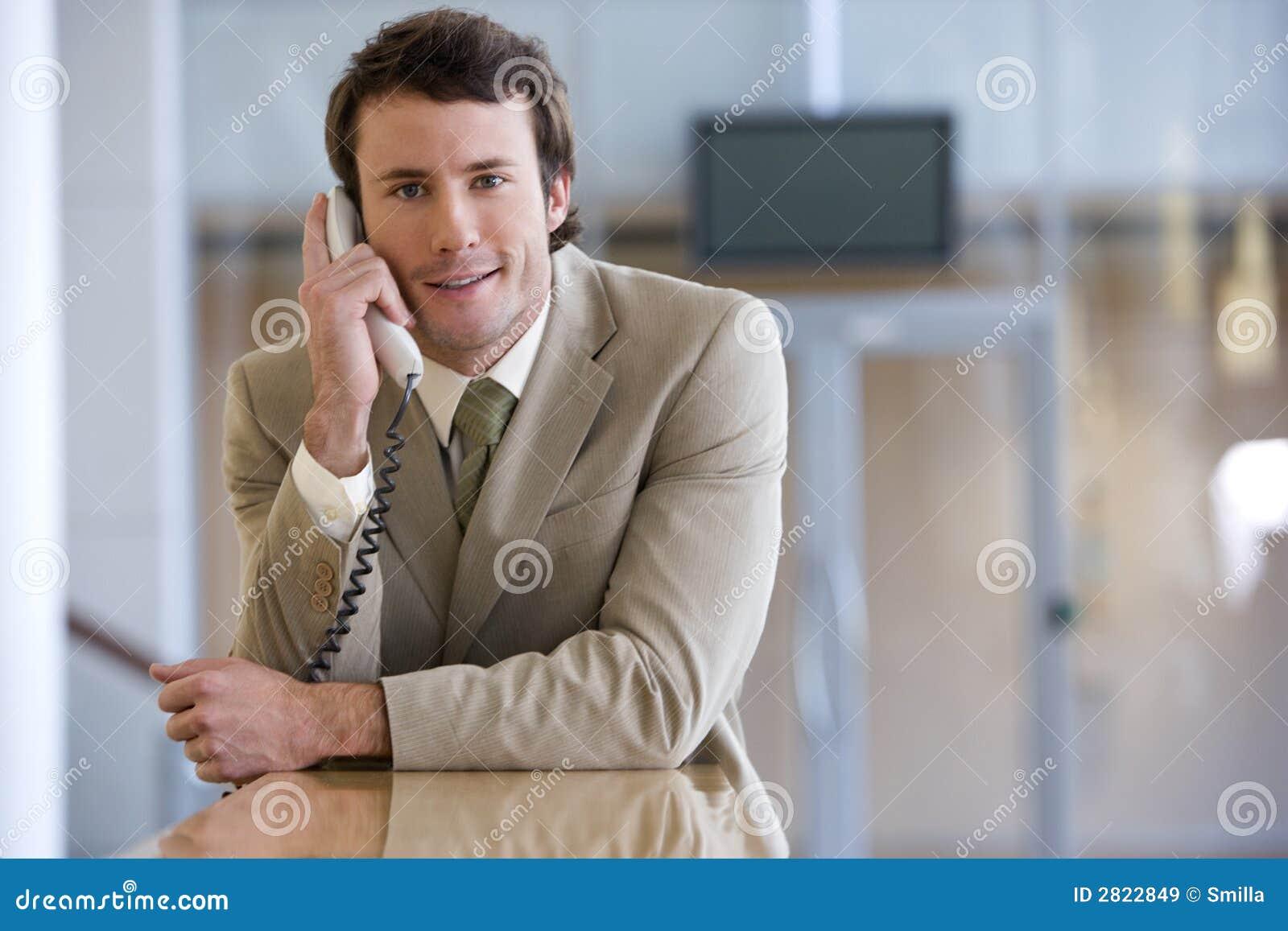 Hombre de negocios joven en el teléfono