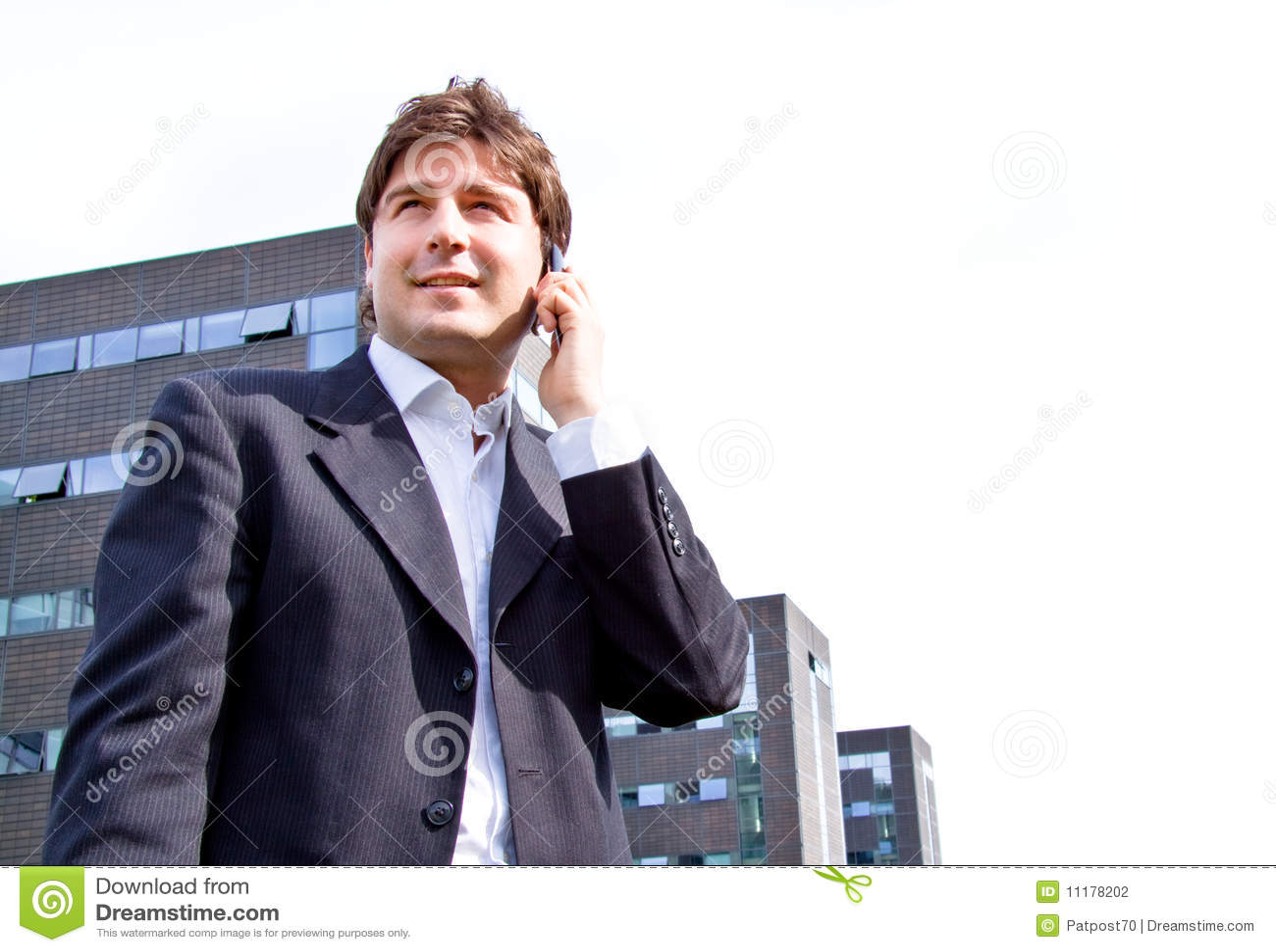 Hombre de negocios joven feliz con el teléfono celular