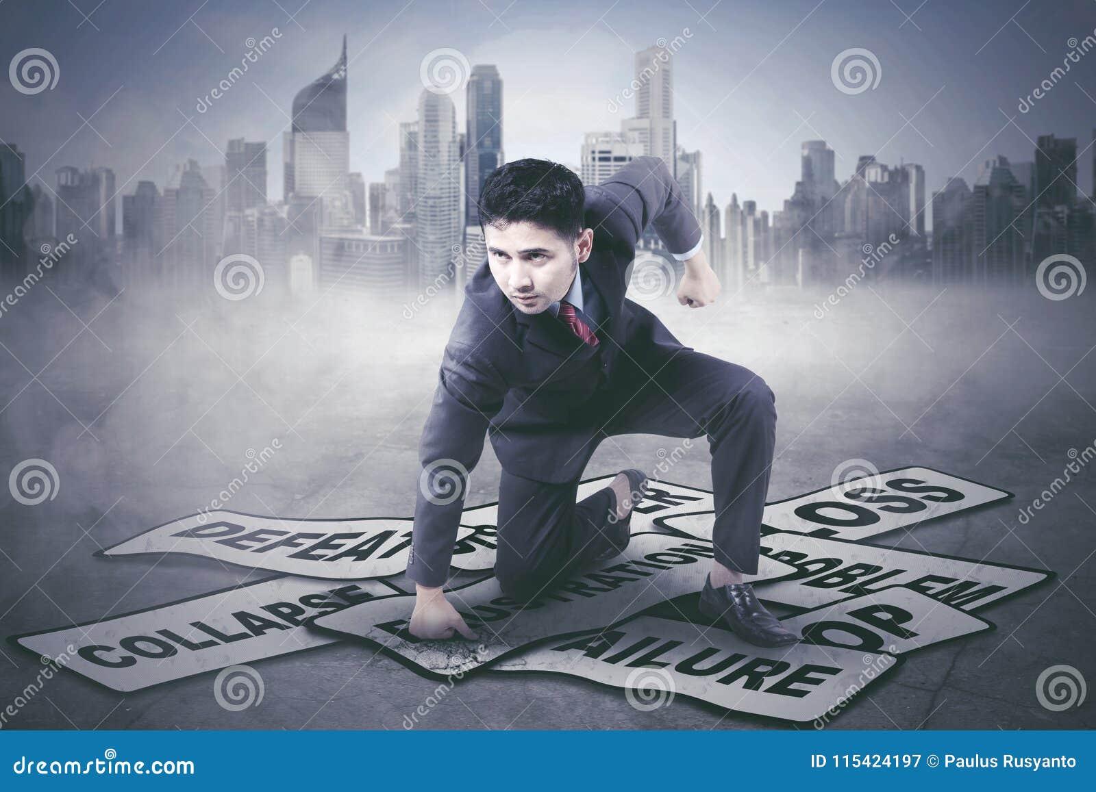 Hombre de negocios joven que golpea sus problemas