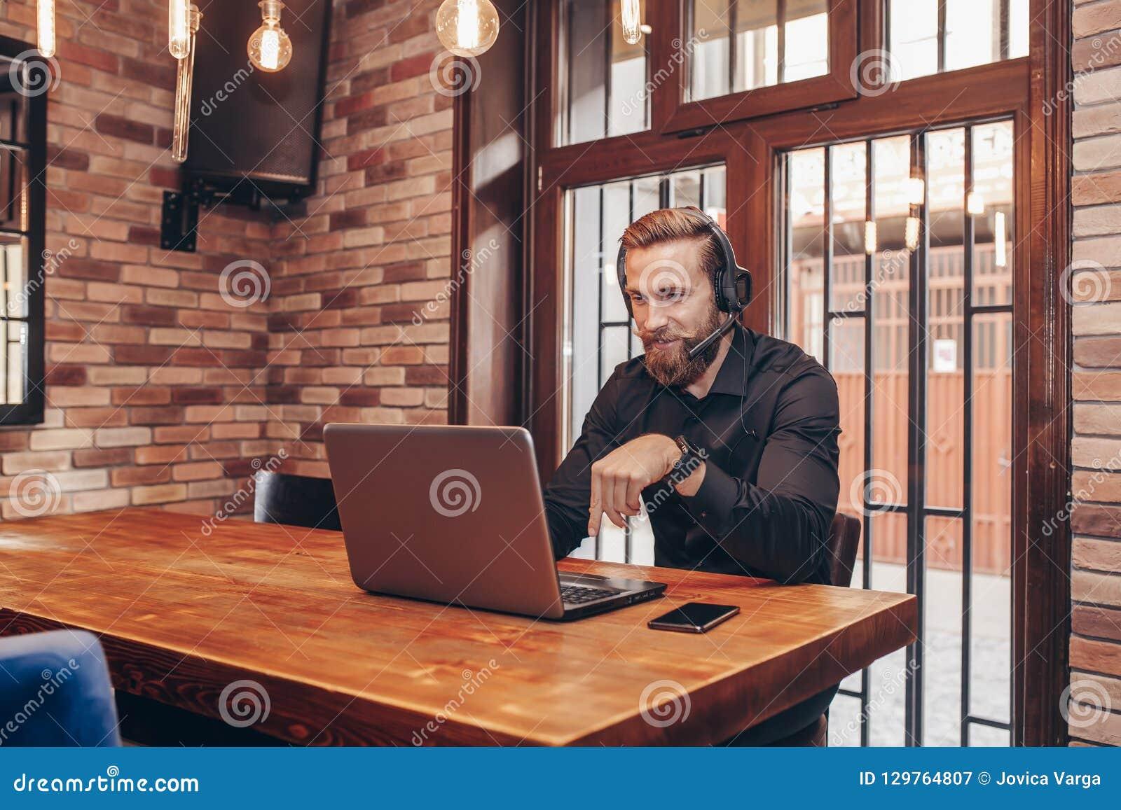Hombre de negocios joven que hace la llamada video al socio comercial