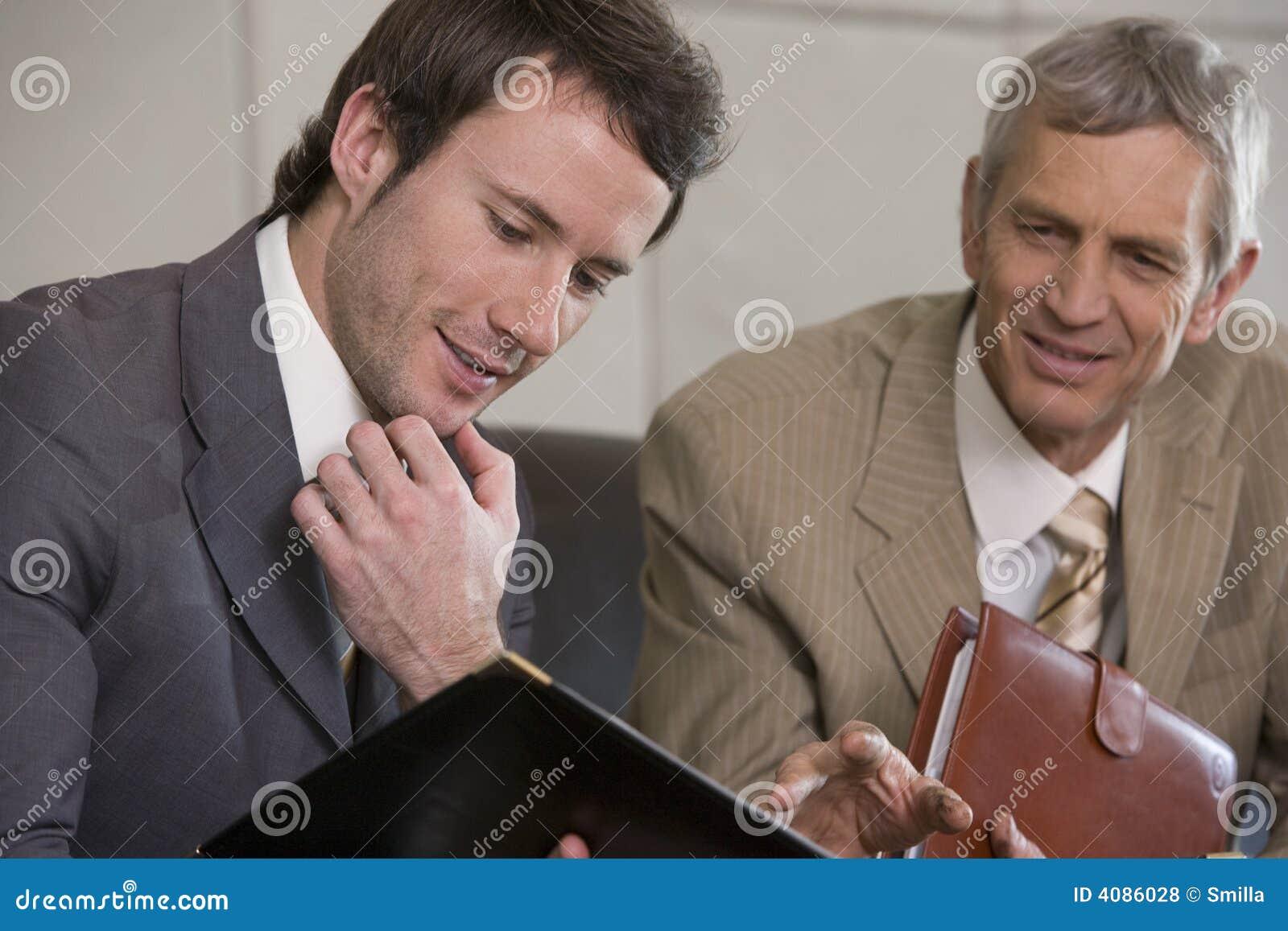 Hombre de negocios joven que mira una carpeta