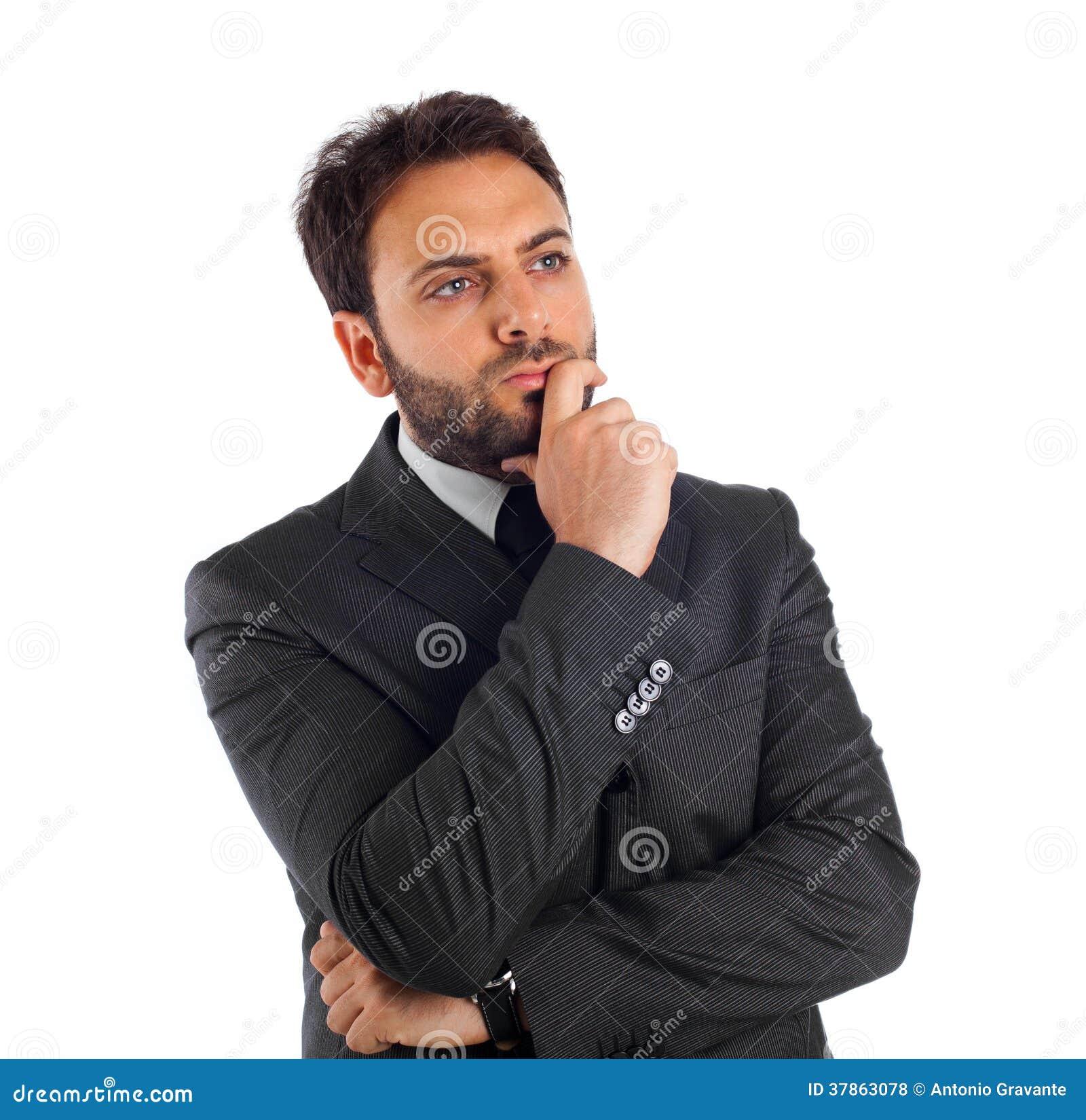 Hombre de negocios joven que piensa y que refleja.