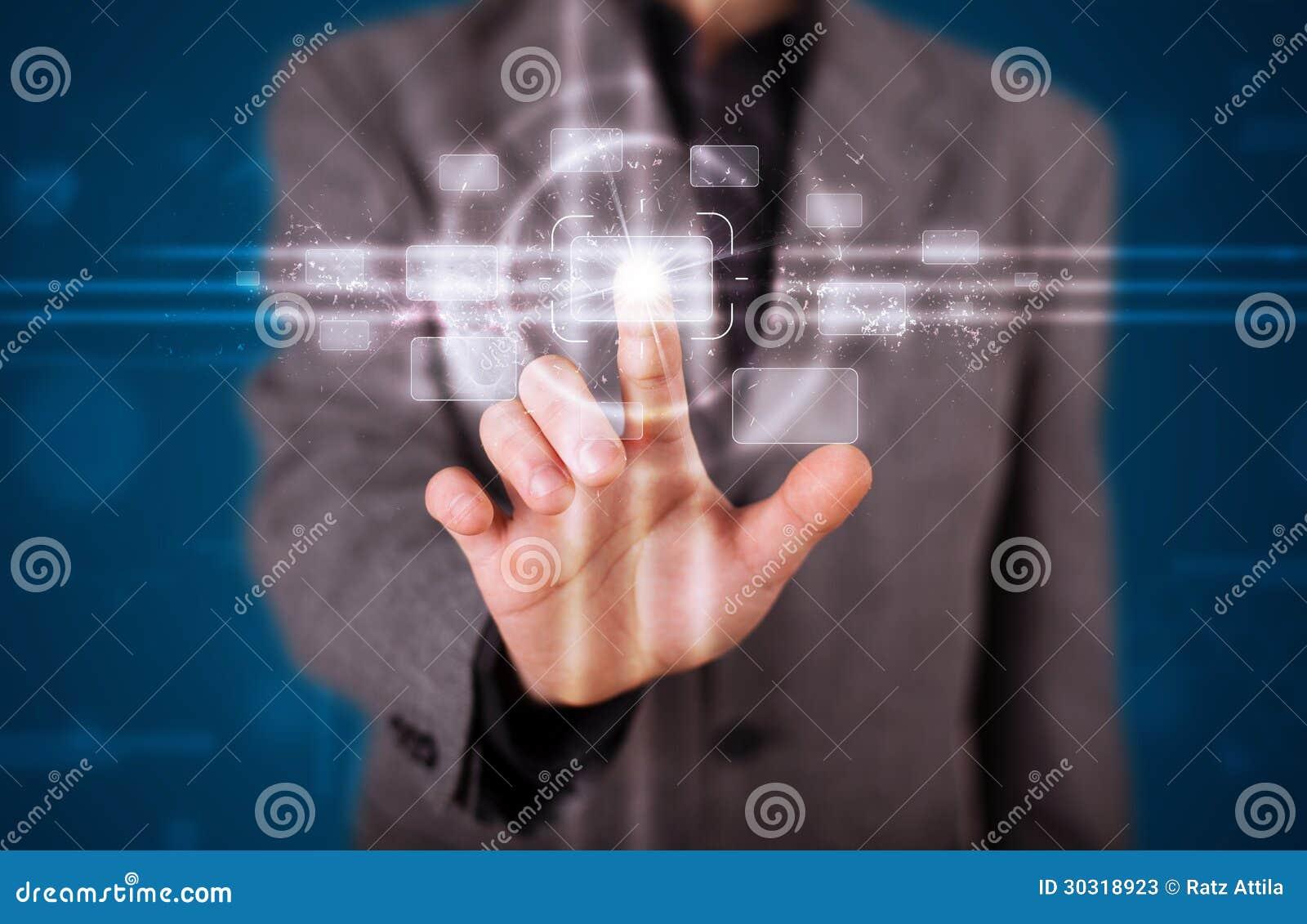 Hombre de negocios que presiona el tipo de alta tecnología de botones modernos