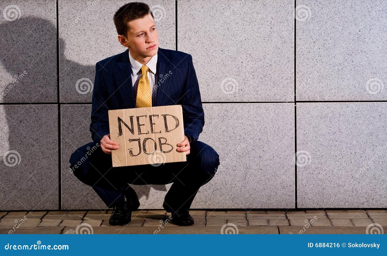 Hombre de negocios joven que se pone en cuclillas con trabajo de la necesidad de la muestra