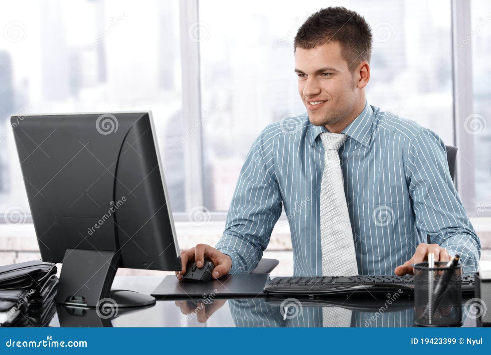 Hombre trabajando en oficina the image for Imagenes de oficinas modernas