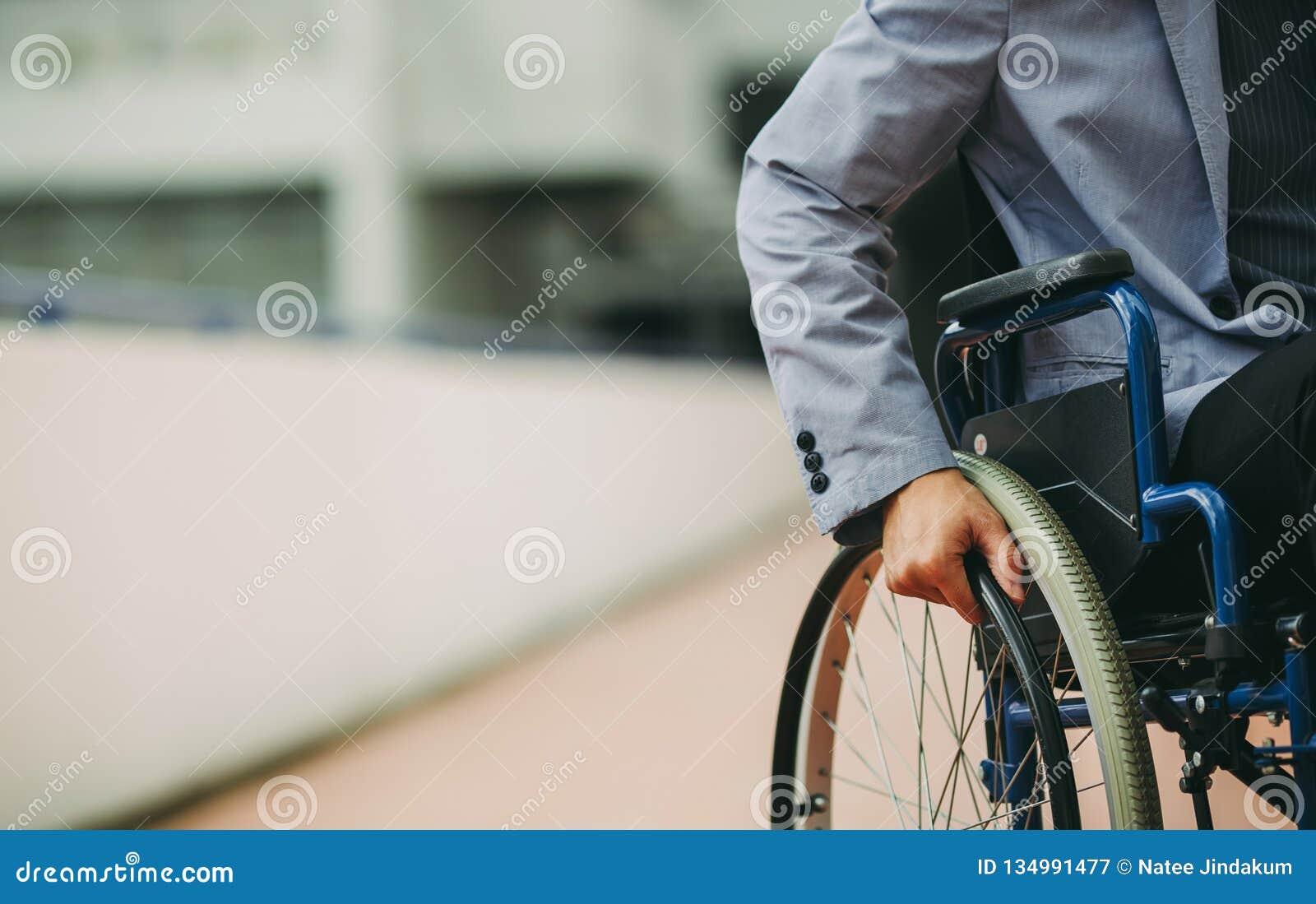 Hombre de negocios de la neutralización en la silla de ruedas