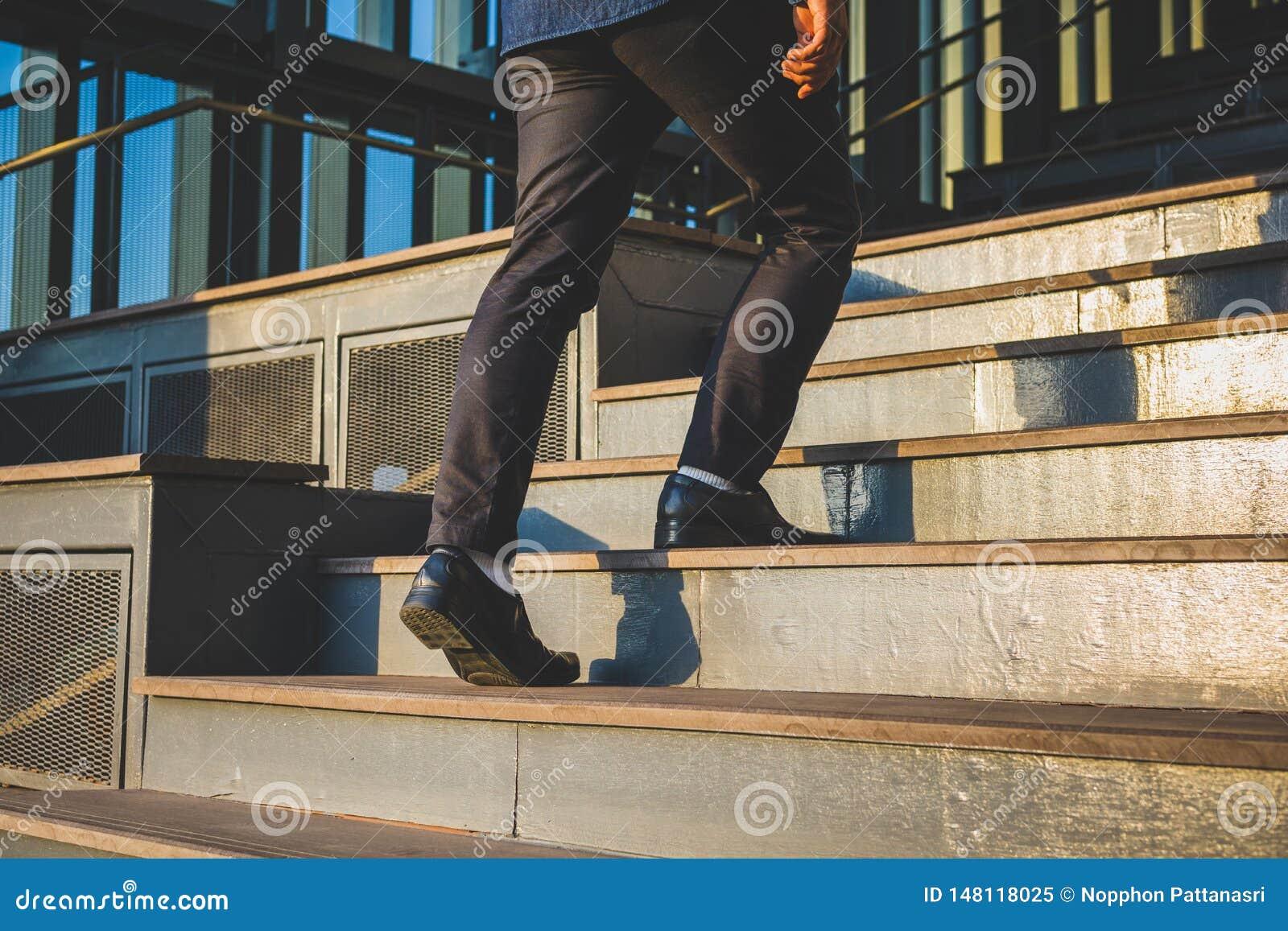 Hombre de negocios Legs Walking Up las escaleras