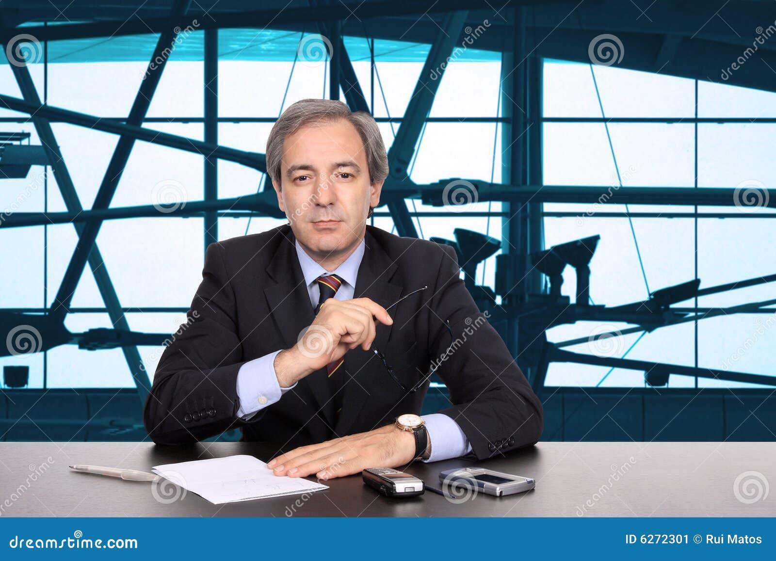 Hombre de negocios maduro que trabaja en su escritorio