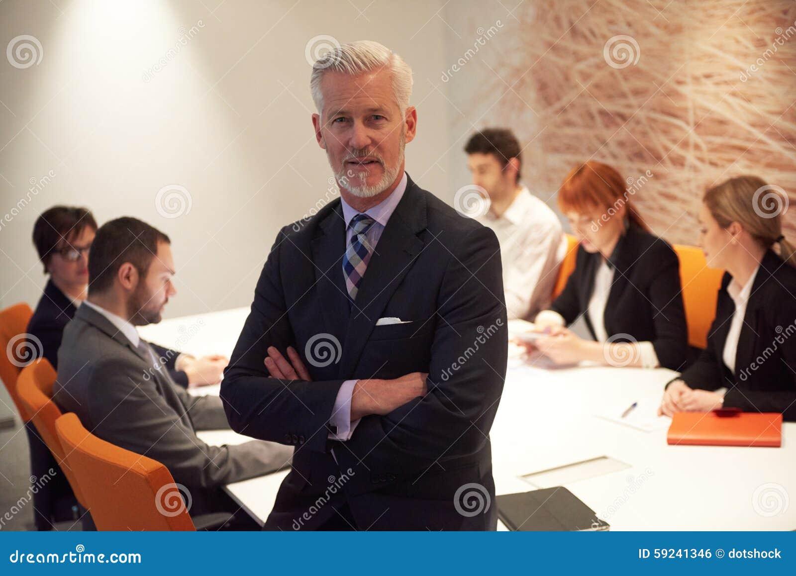 Download Hombre De Negocios Mayor Con Su Equipo En La Oficina Foto de archivo - Imagen de corporativo, adulto: 59241346
