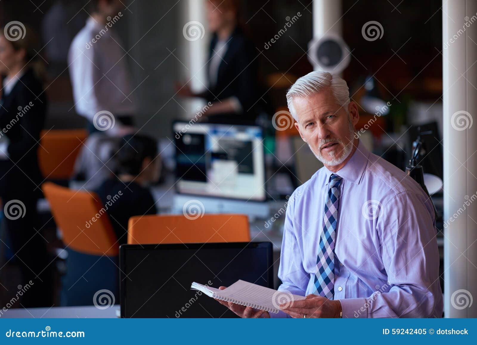 Download Hombre De Negocios Mayor Con Su Equipo En La Oficina Imagen de archivo - Imagen de teamwork, older: 59242405