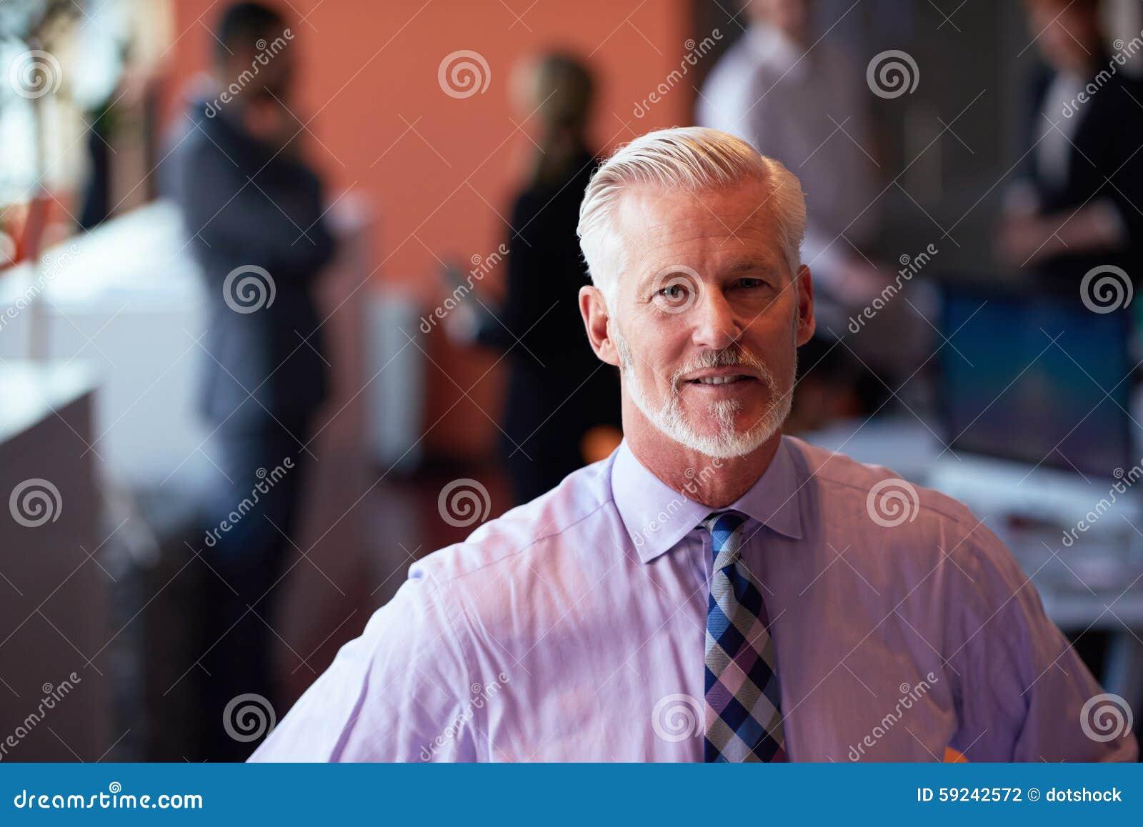 Download Hombre De Negocios Mayor Con Su Equipo En La Oficina Foto de archivo - Imagen de gente, reunión: 59242572