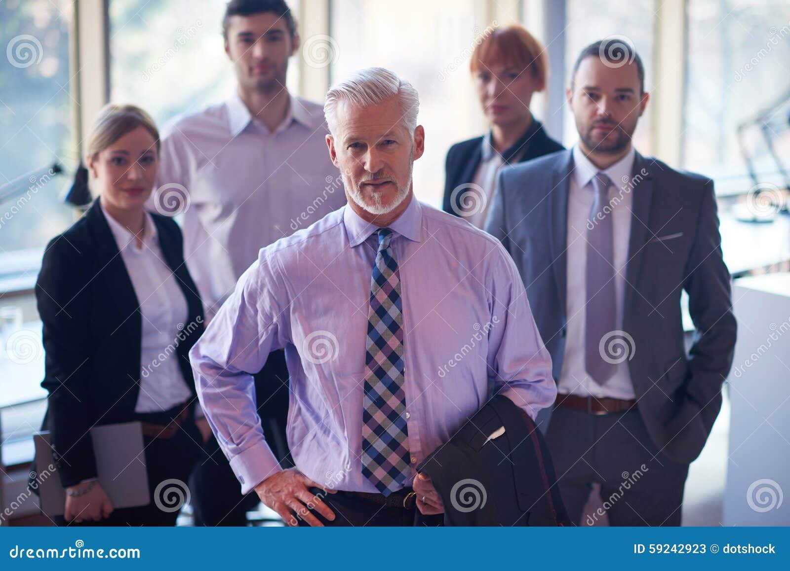 Download Hombre De Negocios Mayor Con Su Equipo En La Oficina Imagen de archivo - Imagen de moderno, dentro: 59242923