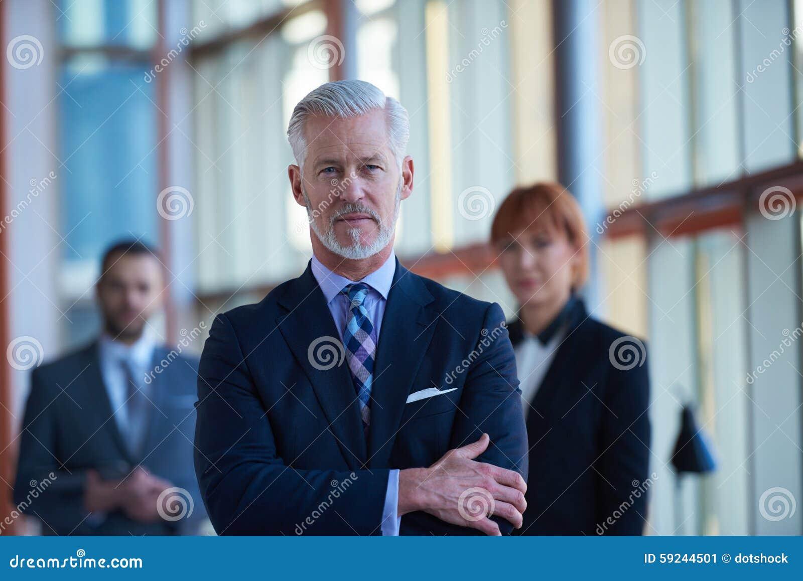 Hombre de negocios mayor con su equipo en la oficina