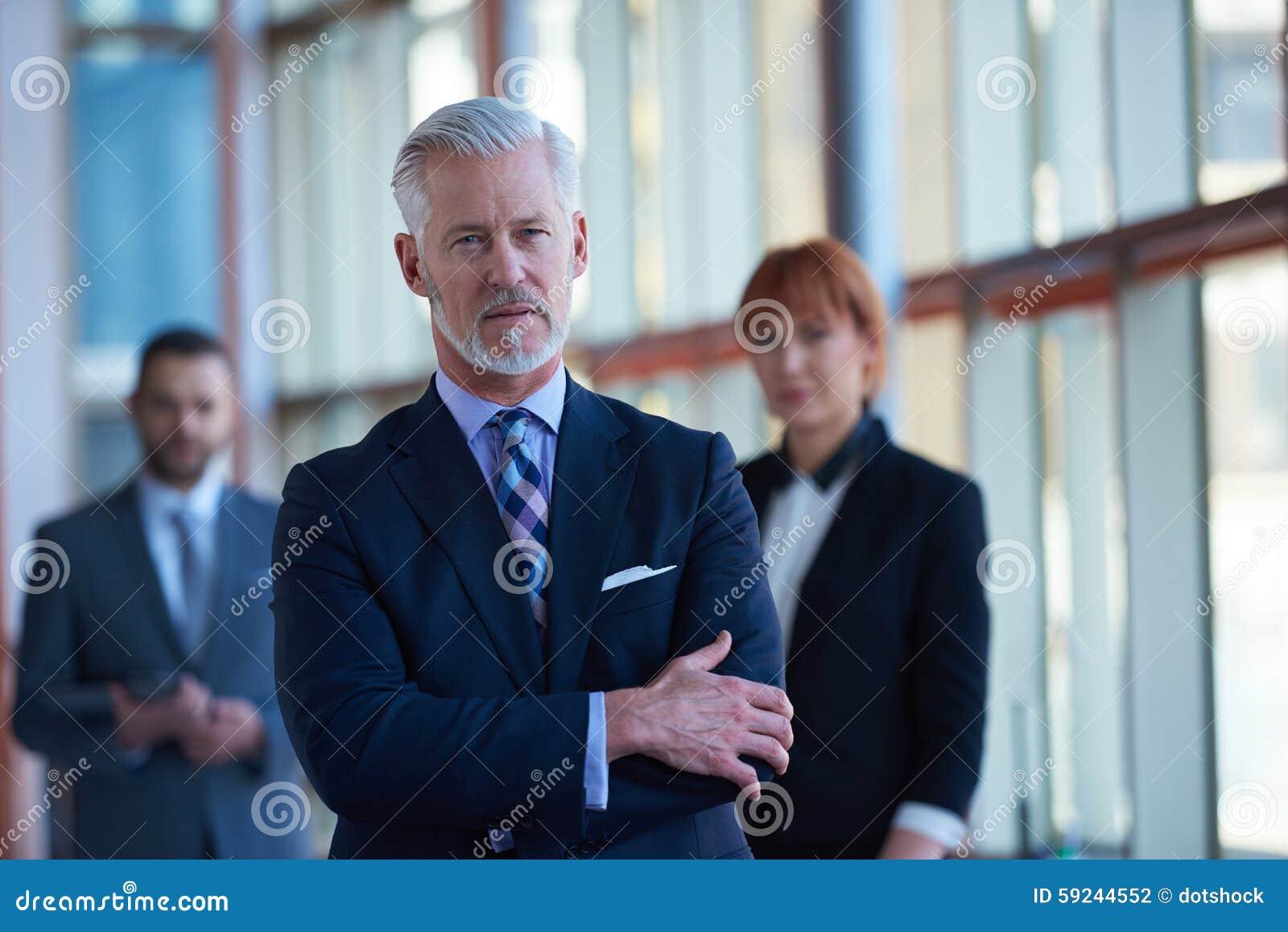 Download Hombre De Negocios Mayor Con Su Equipo En La Oficina Foto de archivo - Imagen de smiling, mezclado: 59244552
