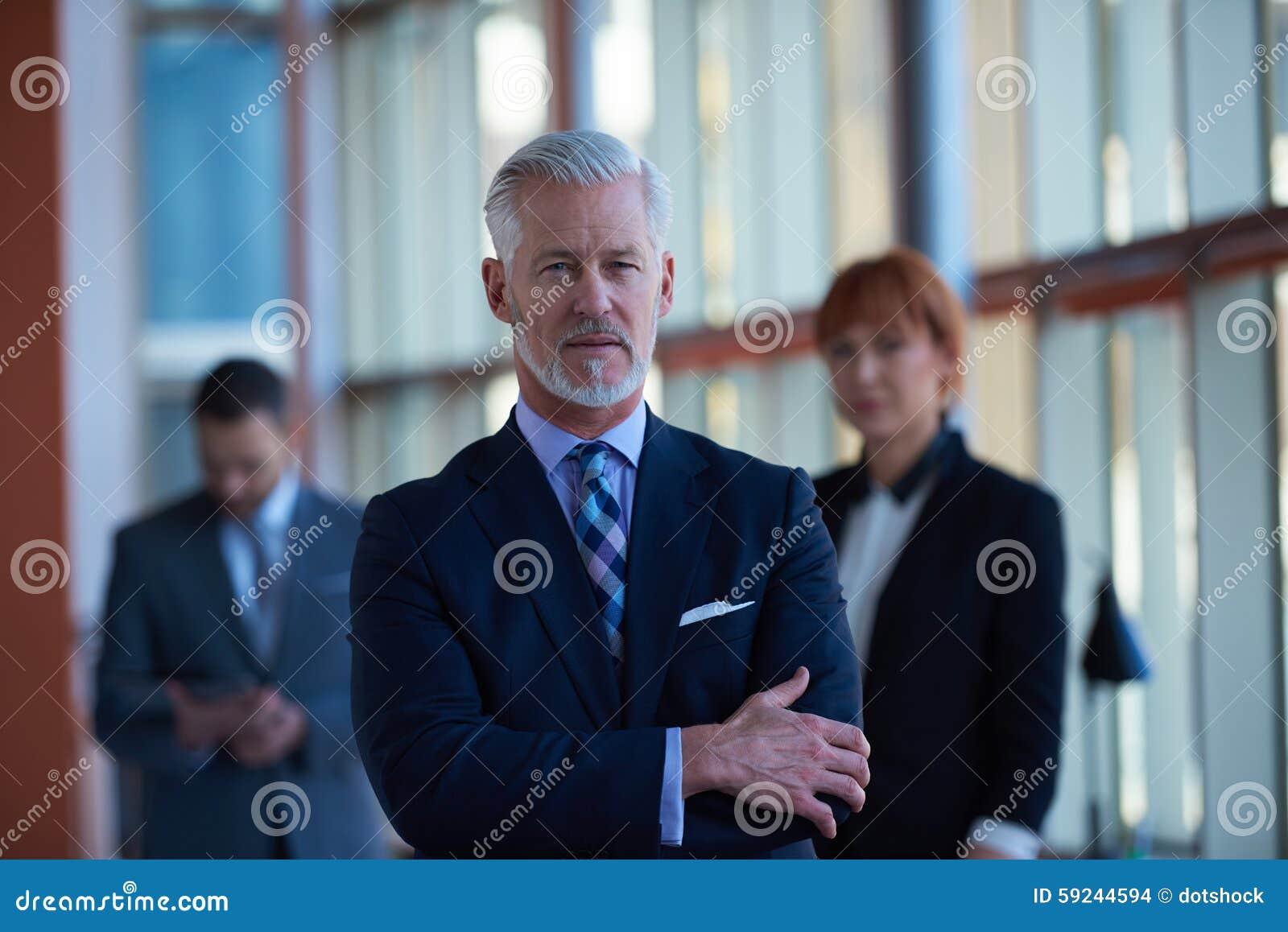 Download Hombre De Negocios Mayor Con Su Equipo En La Oficina Foto de archivo - Imagen de feliz, teamwork: 59244594