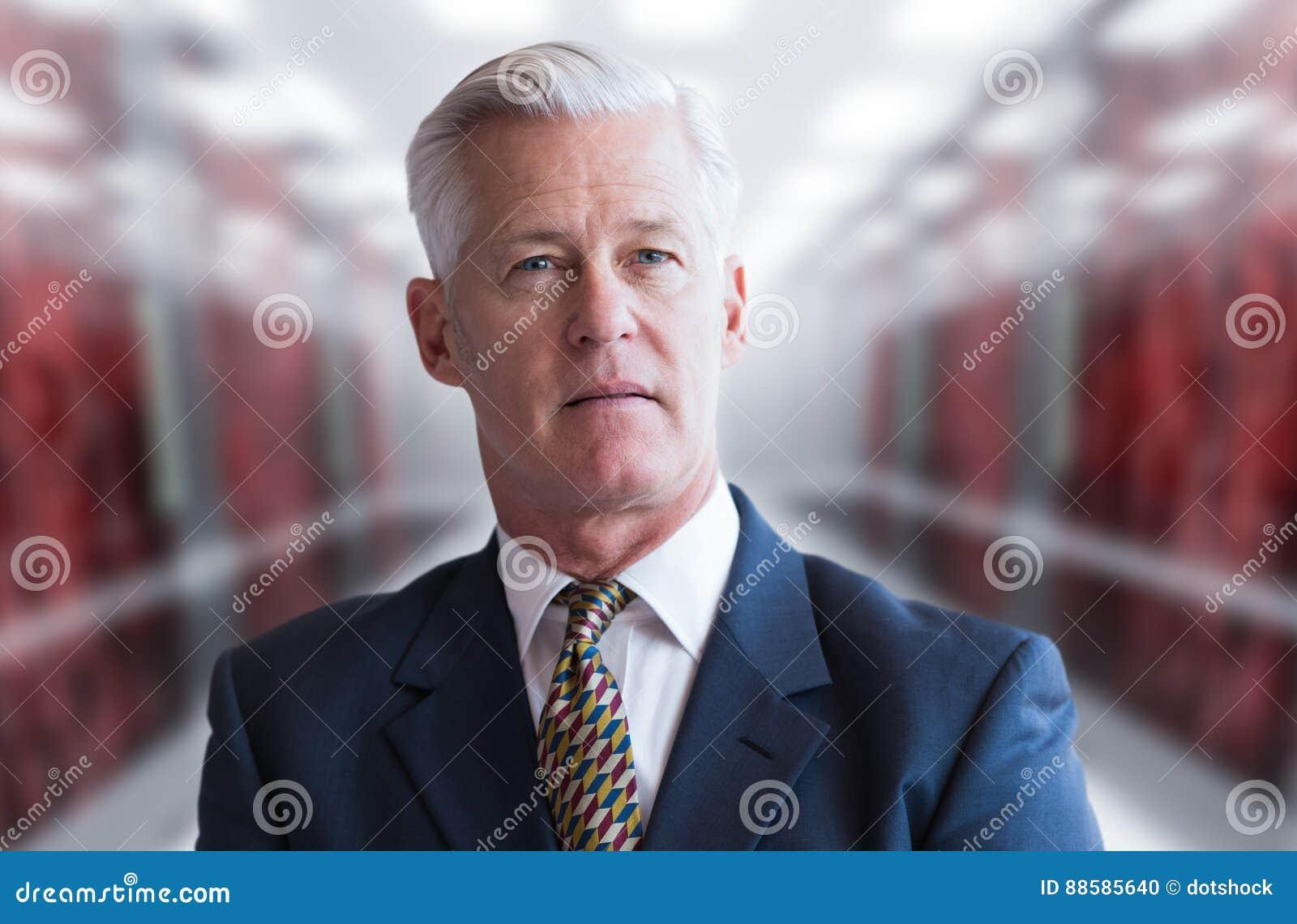 Hombre de negocios mayor en sitio del servidor