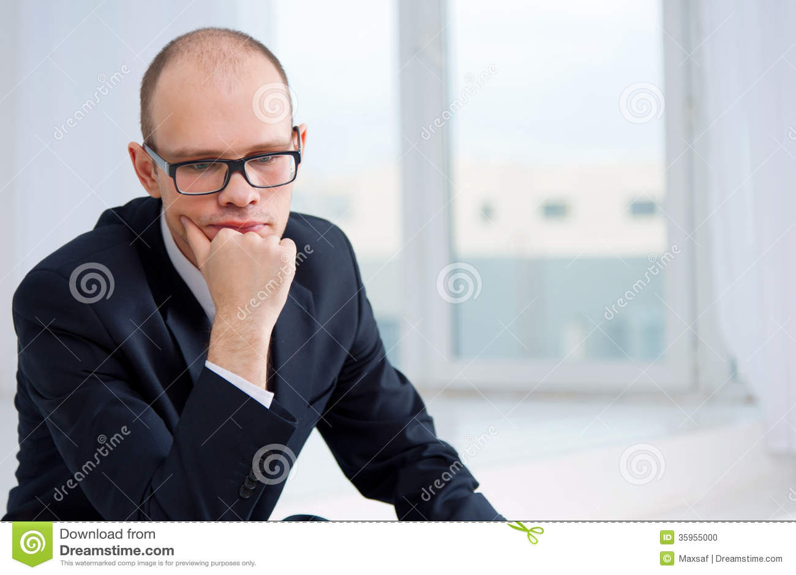 Hombre de negocios pensativo