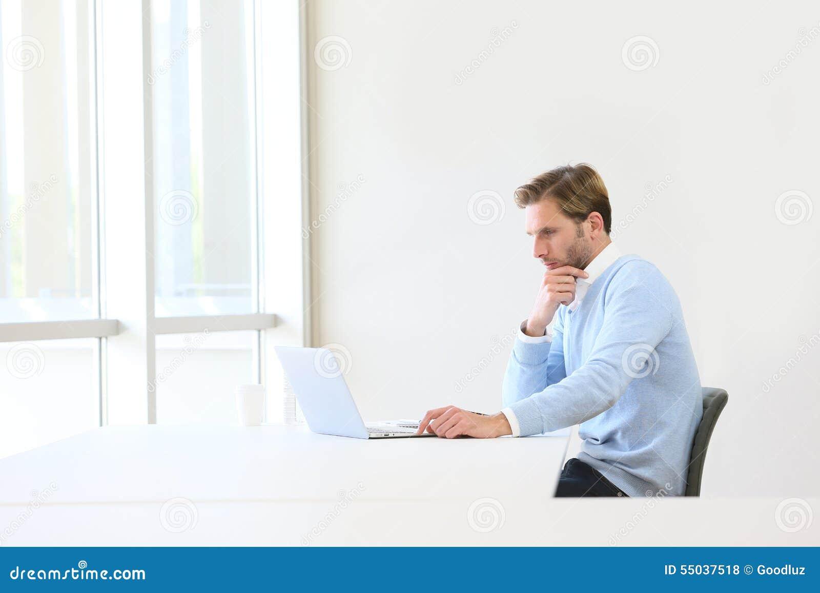 Hombre de negocios pensativo en el ordenador portátil