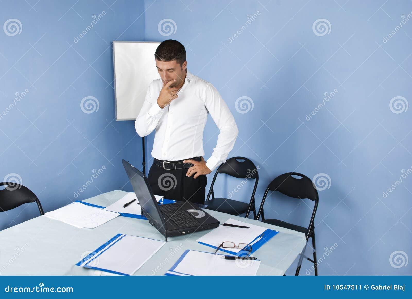 Hombre de negocios pensativo en sala de reunión