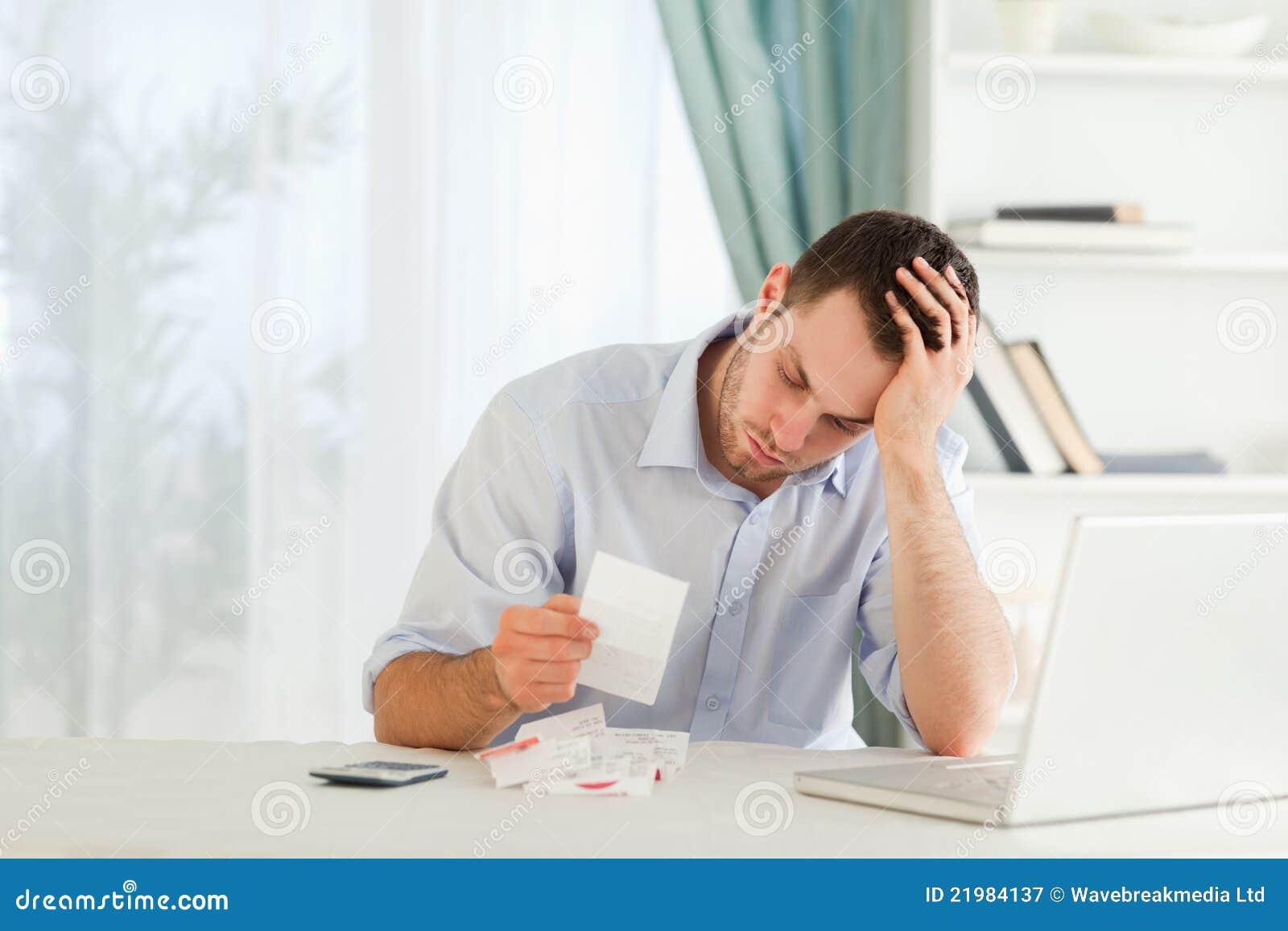 Hombre de negocios preocupante de cuentas