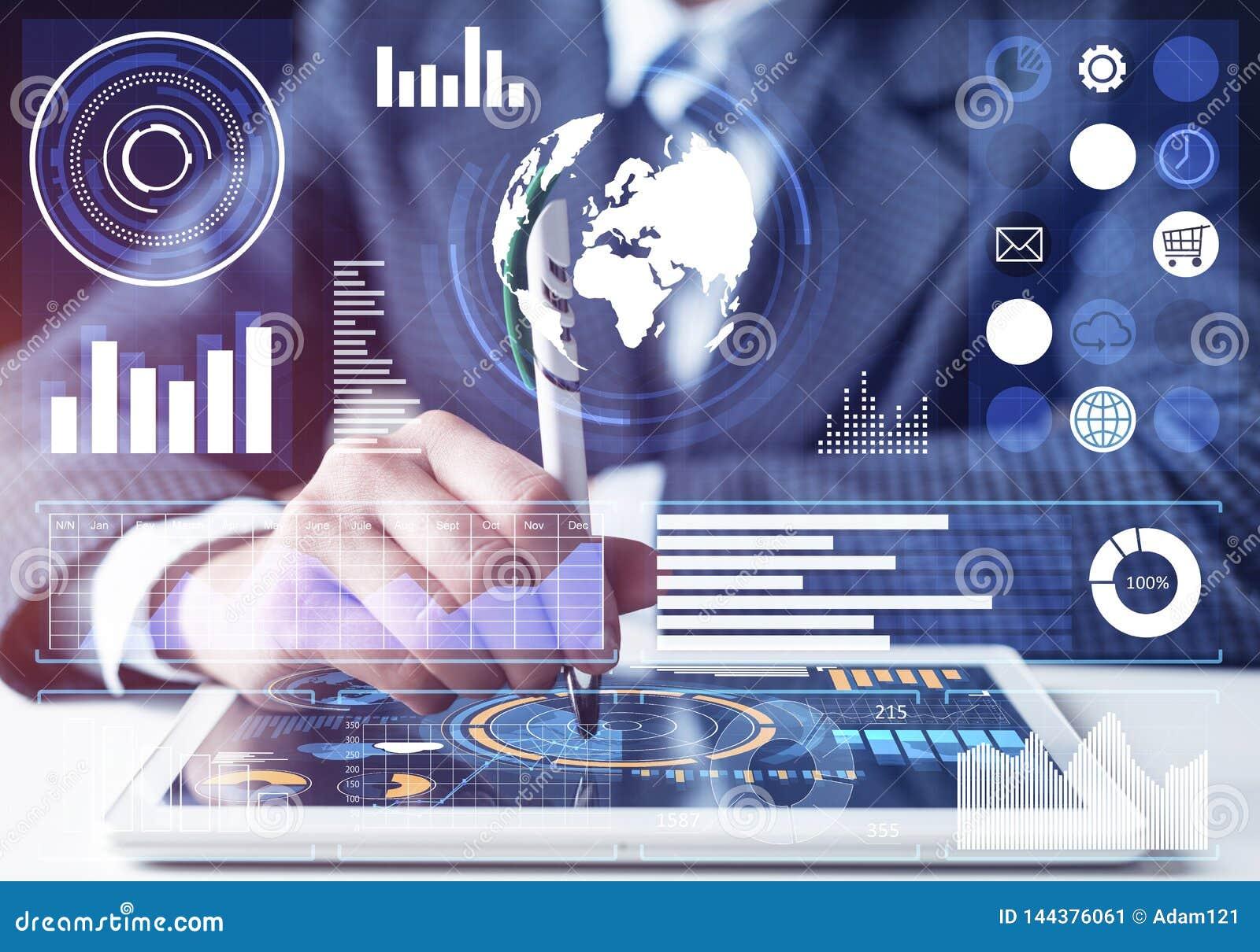Hombre de negocios que analiza datos financieros en la tableta