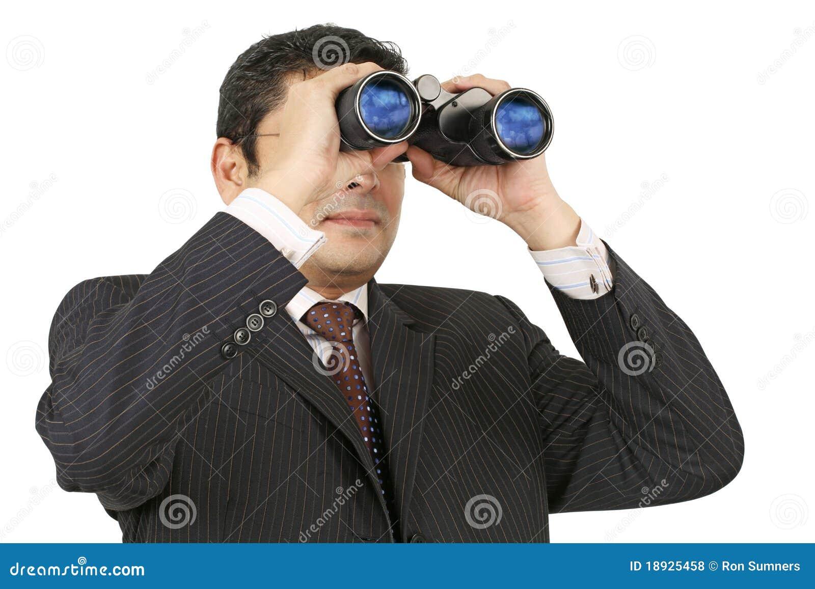 Hombre de negocios que busca con los prismáticos